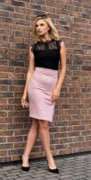 Krátká pouzdrová sukně oživena rozparkem na patenty