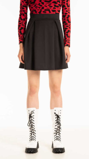 Moderní mini sukně se sklady v černém provedení