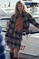Trendy dámská sukně v krátké délce v módním károvaném vzoru