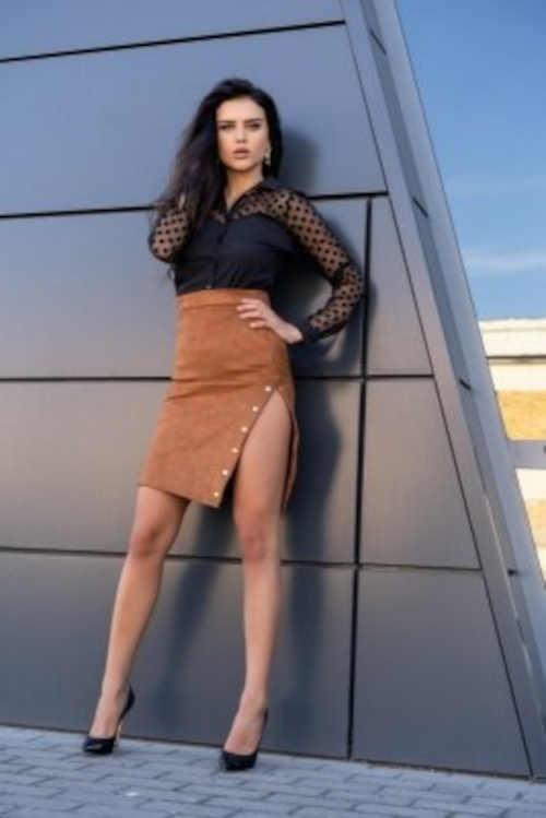 Stylová pouzdrová sukně v barvě karamel z měkkého semiše