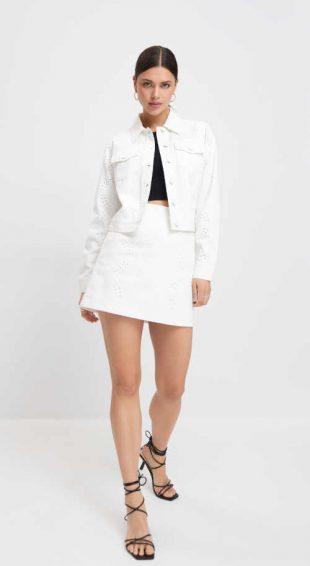 Bílá bavlněná sukně v krátké délce v nadčasovém střihu