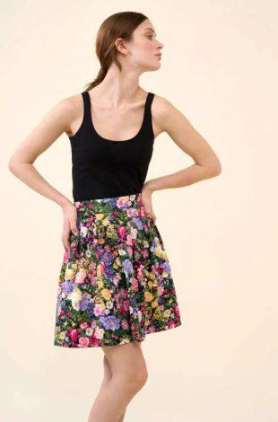 Květovaná skládaná sukně v moderním áčkovém střihu