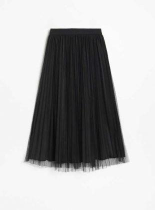 Skládaná černá tylová sukně v moderní midi délce