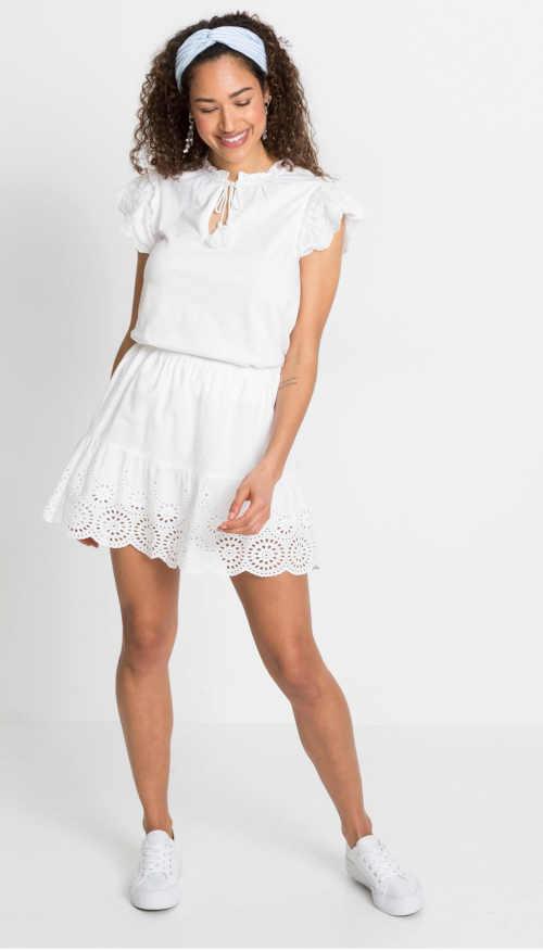 Bílá letní sukně v krátké délce zdobená dírkovou výšivkou