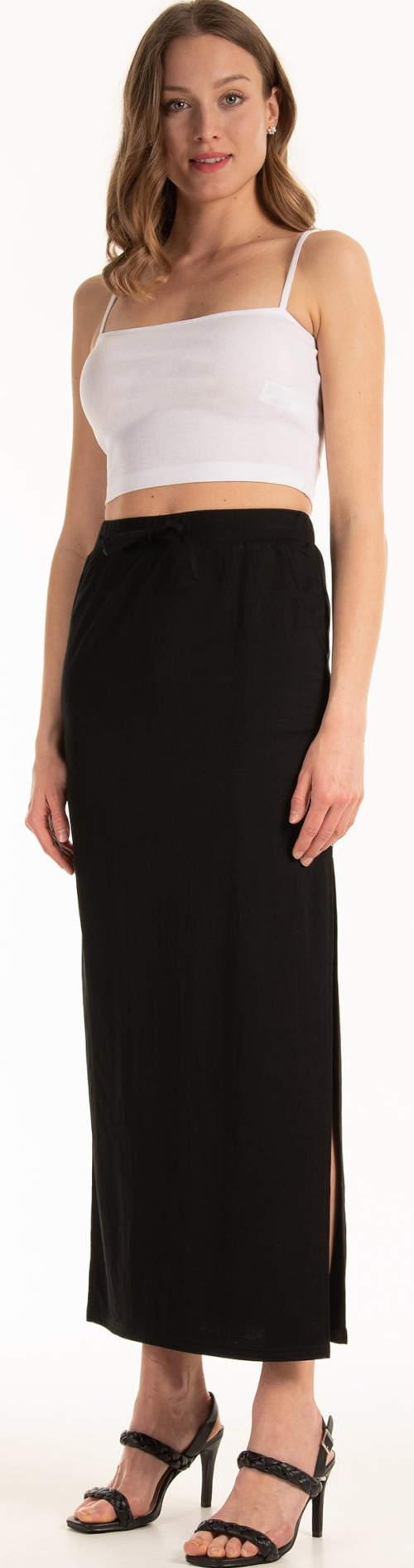 Dlouhá černá sukně a bílé crop tílko
