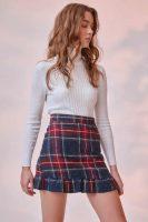 Kostkovaná sukně v sexy krátké délce s volánovým lemem