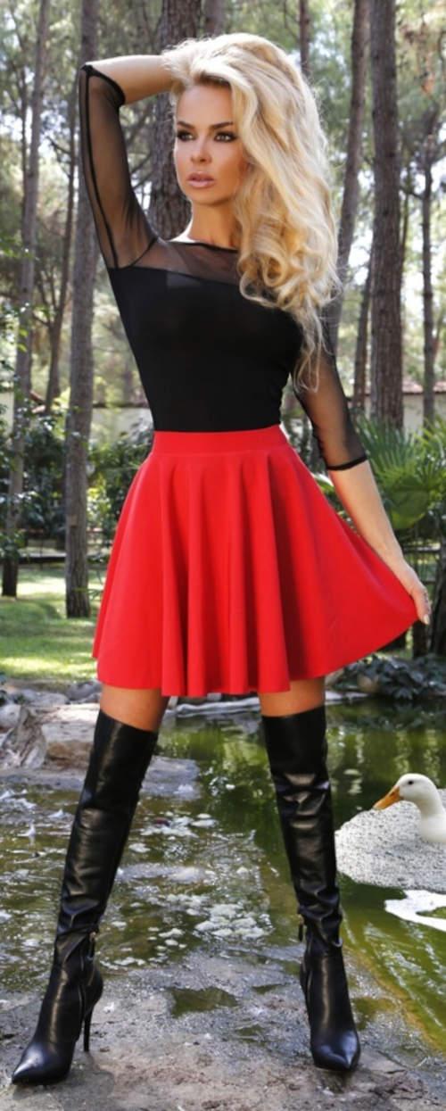 Krátká červená sukně áčkového střihu