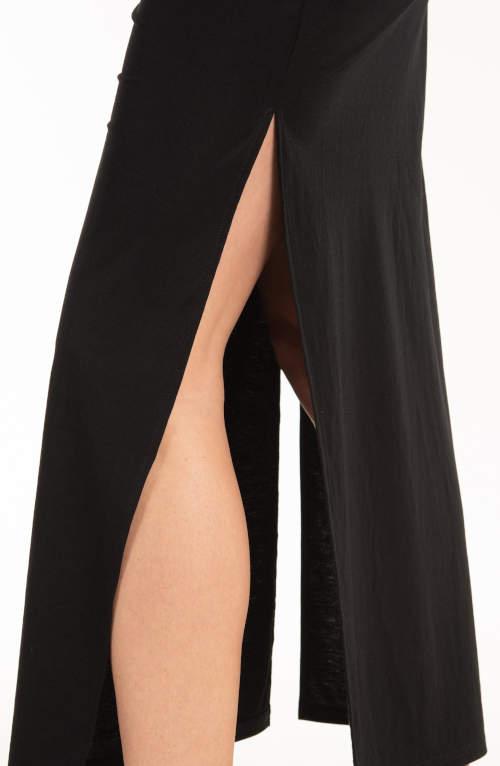 Tato černá sukně má dlouhé rozparky