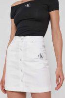 Denimová sukně Calvin Klein v krátké délce se zapínáním vpředu
