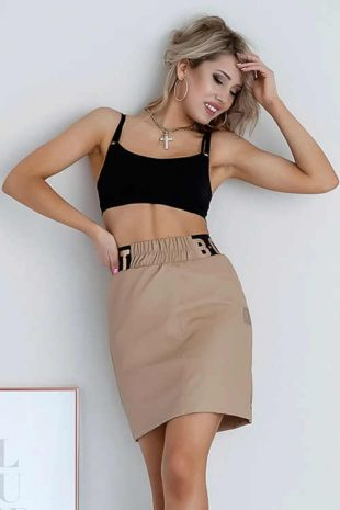 Moderní dámská sukně v krátké délce v zajímavém provedení