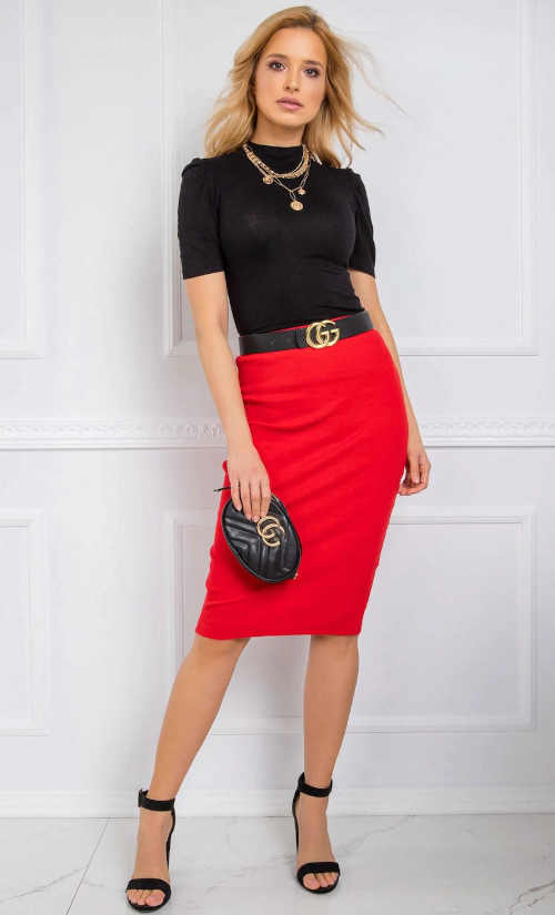 červená úzká sukně ke kolenům