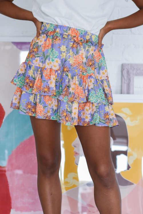 Moderní krátká květovaná sukně s volány do pružného pasu